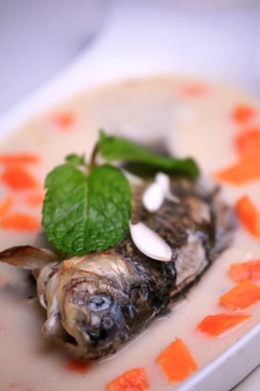 秋季养生汤:百合煲鲫鱼汤 益气健脾